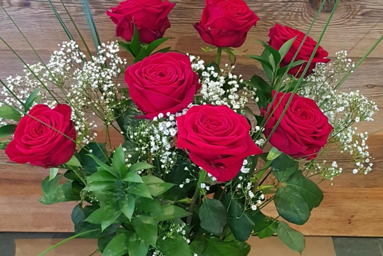 Bouquet de 7 roses rouges Red Naomi avec garniture