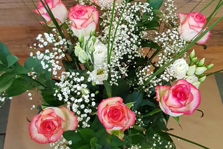 Bouquet de 7 roses roses Jumilia avec garniture