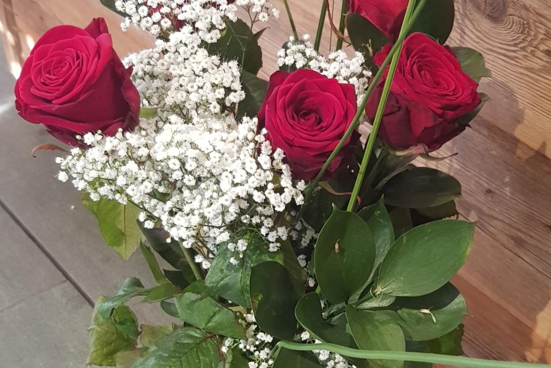 Bouquet de 5 roses rouges Red Naomi avec garniture