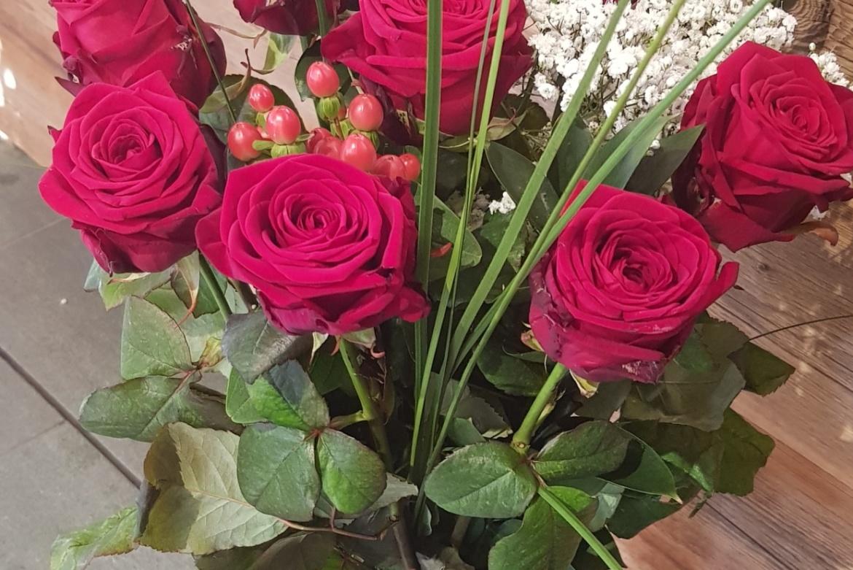 Bouquet de 9 roses rouges Red Naomi avec garniture