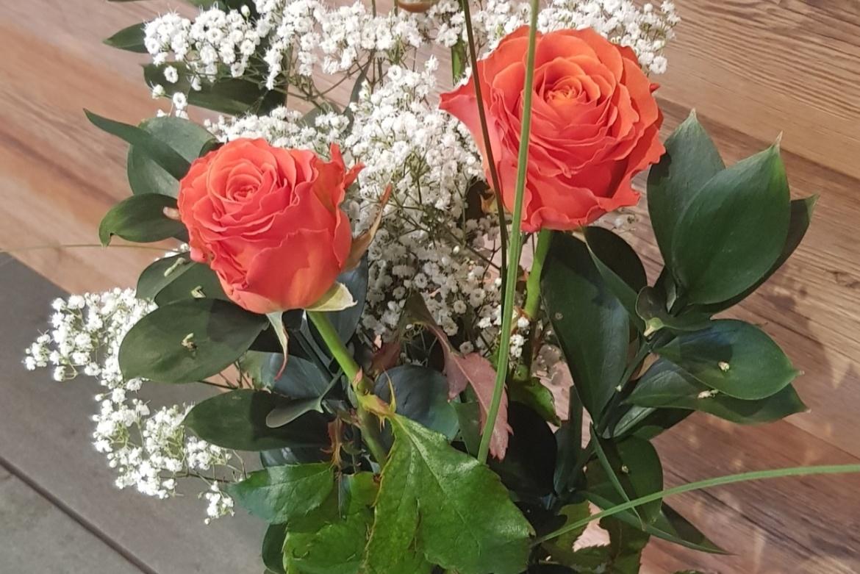Bouquet de 3 roses oranges Clarence avec garniture