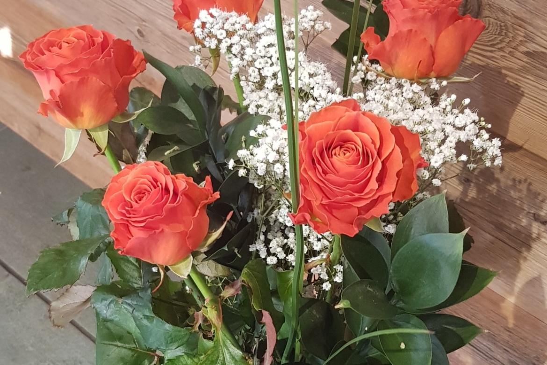 Bouquet de 5 roses oranges Clarence avec garniture