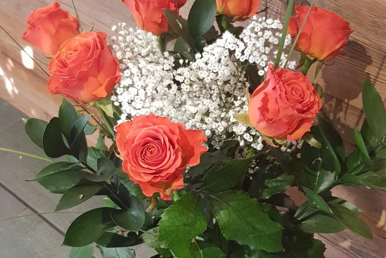 Bouquet de 7 roses oranges Clarence avec garniture