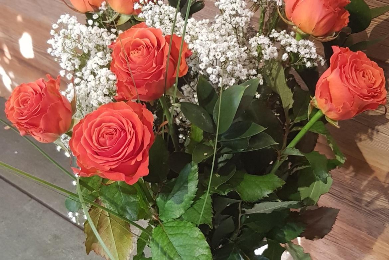Bouquet de 9 roses oranges Clarence avec garniture