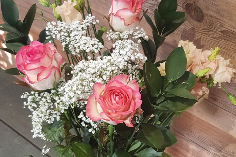 Bouquet de 3 roses roses Jumilia avec garniture