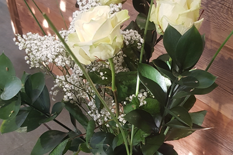 Bouquet de 3 roses blanches avec garniture
