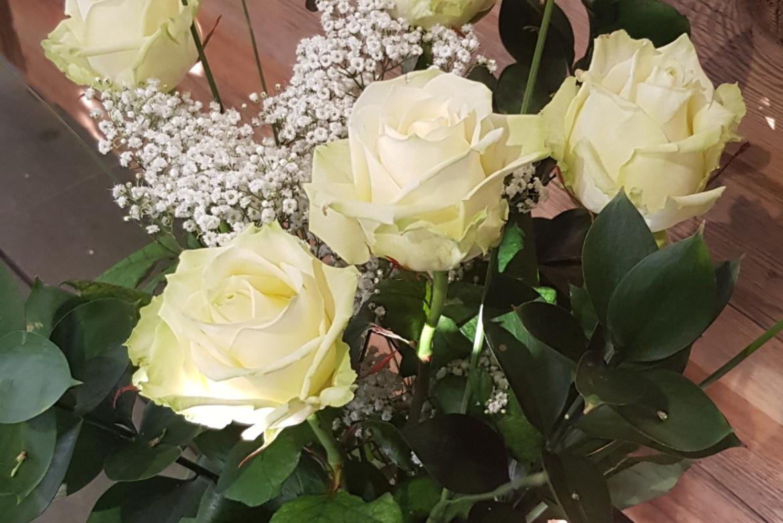 Bouquet de 5 roses blanches avec garniture