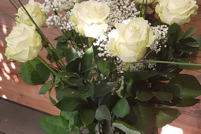 Bouquet de 9 roses blanches avec garniture