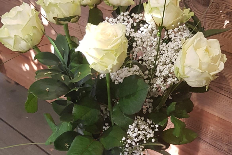 Bouquet de 7 roses blanches avec garniture